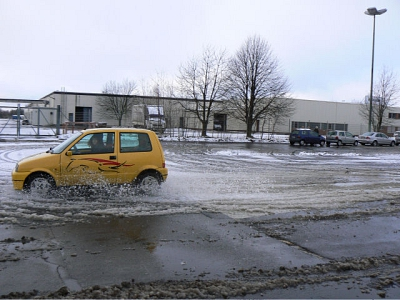 Auto Wasser quer©Verkehrswacht Nienburg