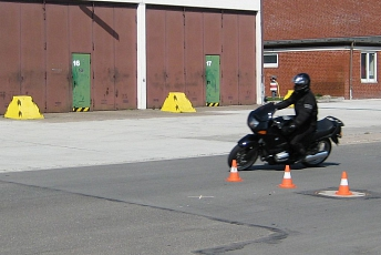Motorrad Slalom quer